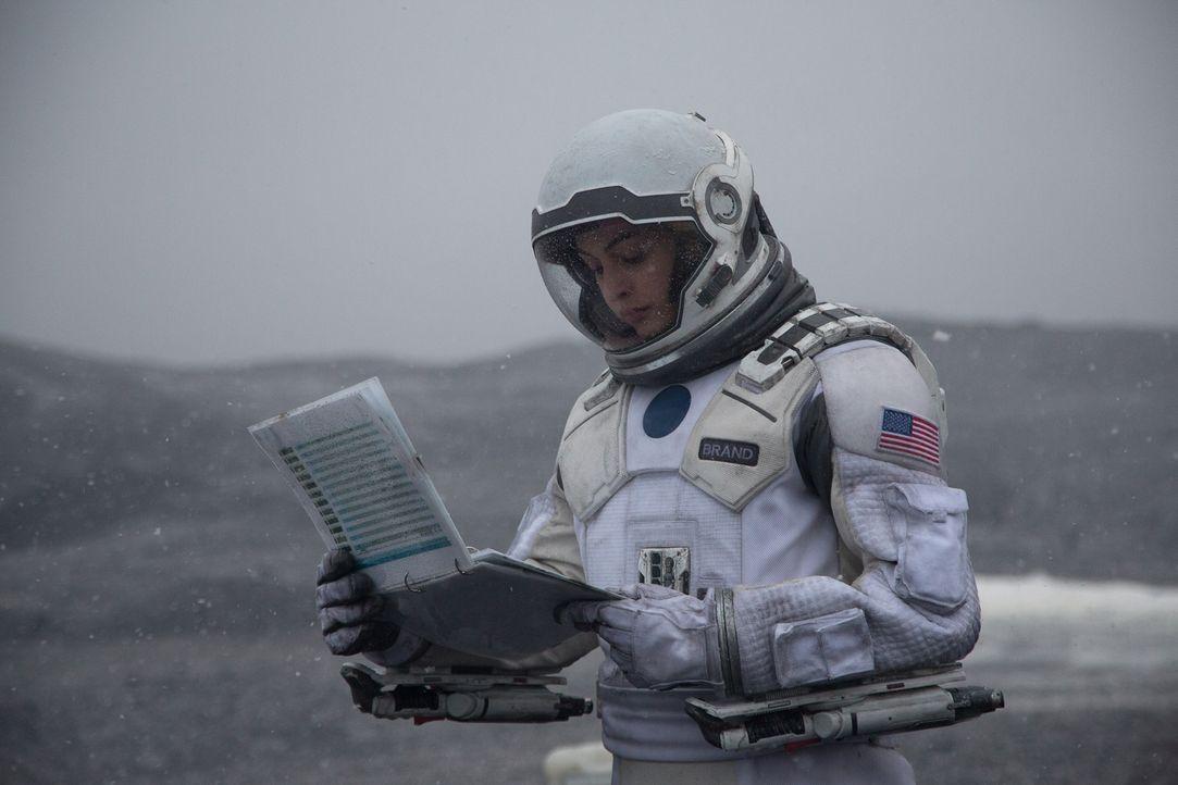 Amelia Brand (Anne Hathaway, l.) ahnt nicht, dass ihr Vater, Professor Brand, ein unsauberes Spiel spielt, was alle Wissenschaftler das Leben kosten... - Bildquelle: 2014 Warner Bros.