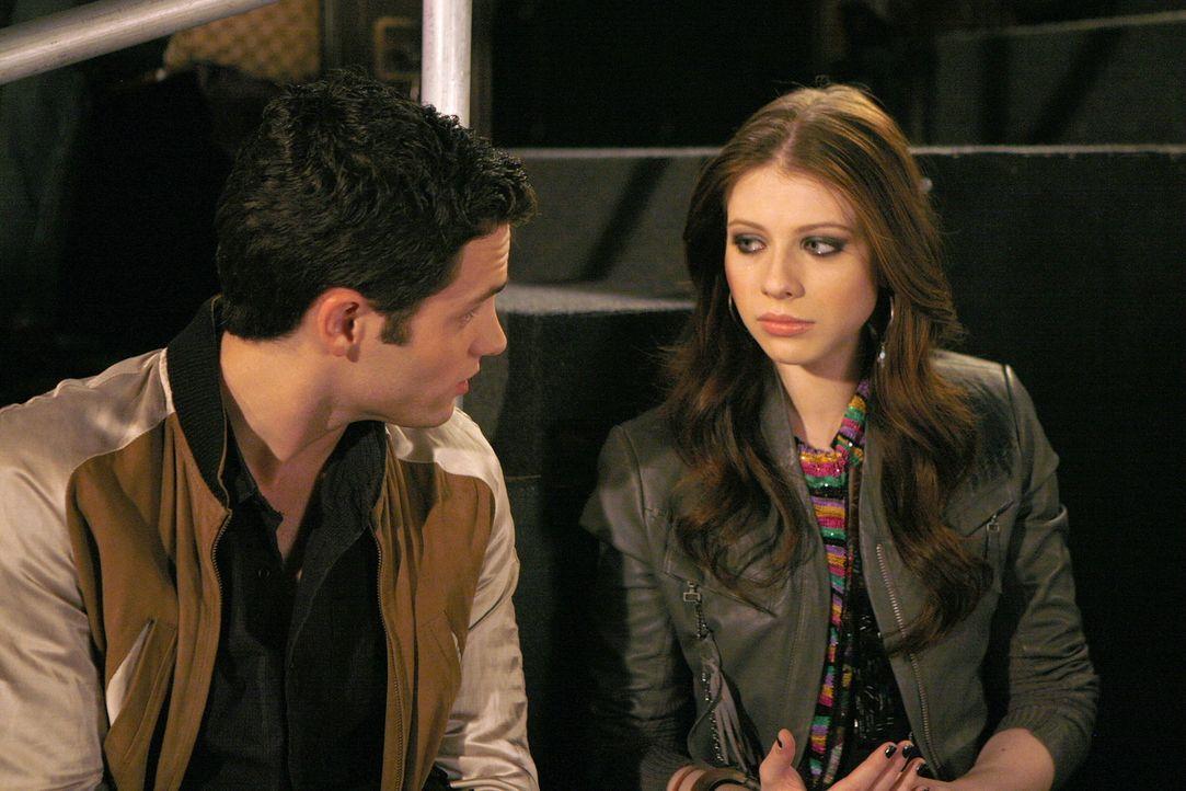 Obwohl Vanessa Dan (Penn Badgley, l.) vor Georgina (Michelle Trachtenberg, r.) gewarnt hat, spielt diese ihr Spiel einfach weiter. Vielleicht sogar... - Bildquelle: Warner Bros. Television