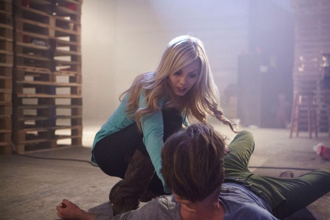 Bei Elena (Laura Vandervoort, l.) und Clay (Greyston Holt, r.) flammen alte Gefühle auf. Doch wenn sie überleben wollen, haben sie dafür keine Zeit... - Bildquelle: 2014 She-Wolf Season 1 Productions Inc.