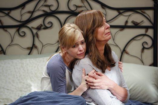Während Christy (Anna Faris, l.) wegen einer schweren Erkältung das Bett hüte...