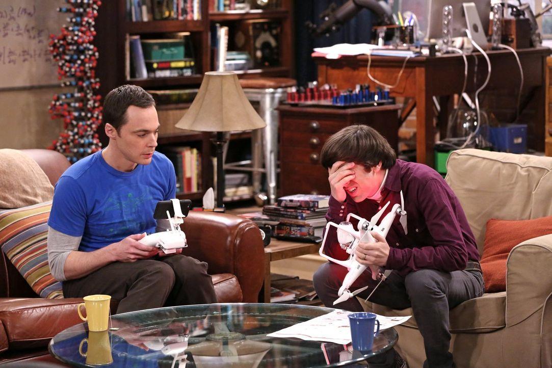 Irgendetwas scheint mit der Drohne nicht zu funktionieren. Sheldon (Jim Parsons, l.) und Howard (Simon Helberg, r.) fassen einen Plan ... - Bildquelle: Warner Bros. Television