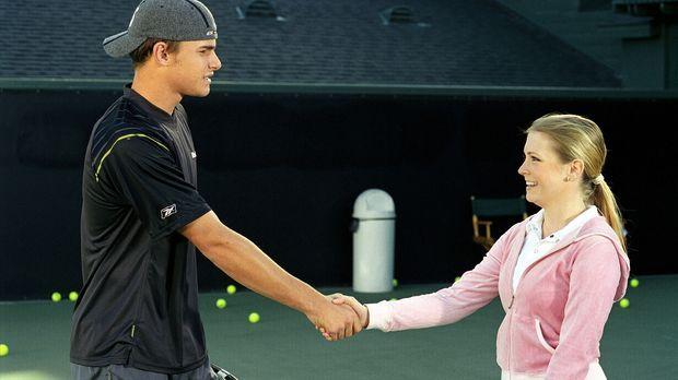 Beim Tennis behauptet Josh, Sabrina spiele nicht auf seinem Niveau und er kön...