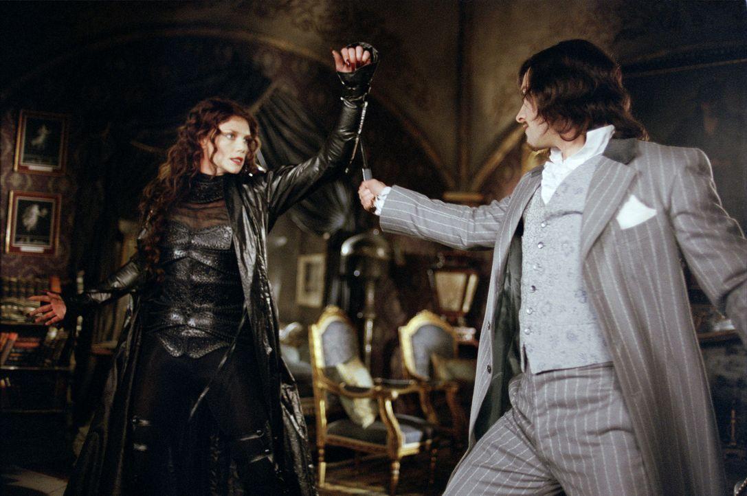 Zwei illustre Mitglieder der Liga der außergewöhnlichen Gentlemen: Die Vampirin Mina Harker (Peta Wilson, l.) und Dorian Gray (Stuart Townsend, r.),... - Bildquelle: 20th Century Fox International