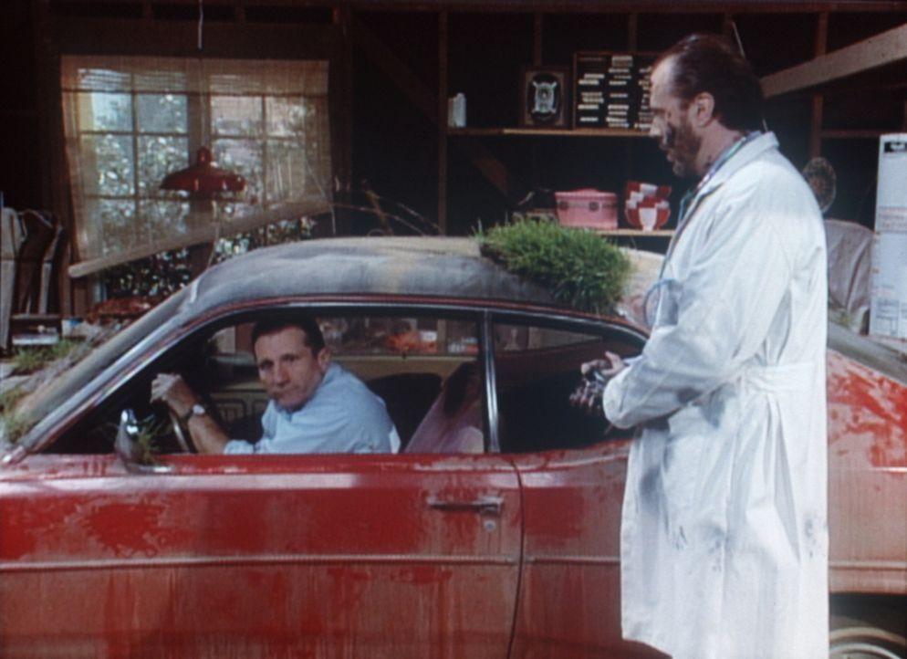 Dr. Fisher (Rick Overton, r.) von der Uni Royal wagt ein gefährliches Experiment: Die Transplantation einer kubanischen Benzinpumpe in den obduziert... - Bildquelle: Sony Pictures Television International. All Rights Reserved.