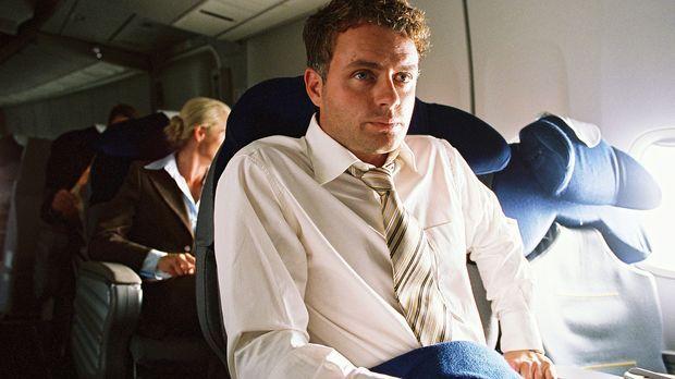 Axel (André Röhner) düst direkt von einem Geschäftstermin in New York zu sein...