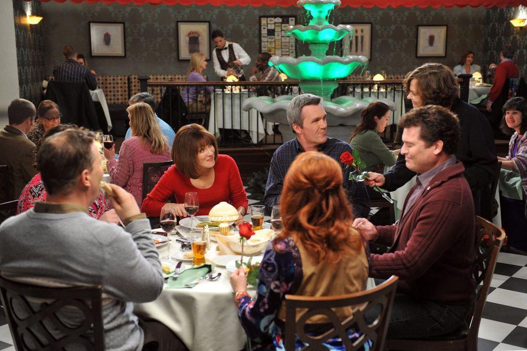 Frankie (Patricia Heaton, M.l.) ist erschüttert, als Mike (Neil Flynn, M.r.) beim Valentinstags-Dinner mit den Donahues (Sean O'Bryan, vorne l. und... - Bildquelle: Warner Brothers
