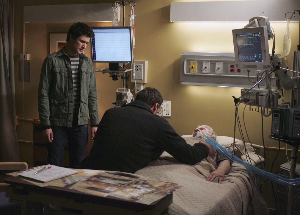 Dank Kyles (Matt Dallas, l.) Fähigkeiten, finden Stephen (Bruce Thomas, M.) und sein Vater William (Beau Daniels, r.) kurz vor seinem Tod wieder zu... - Bildquelle: TOUCHSTONE TELEVISION