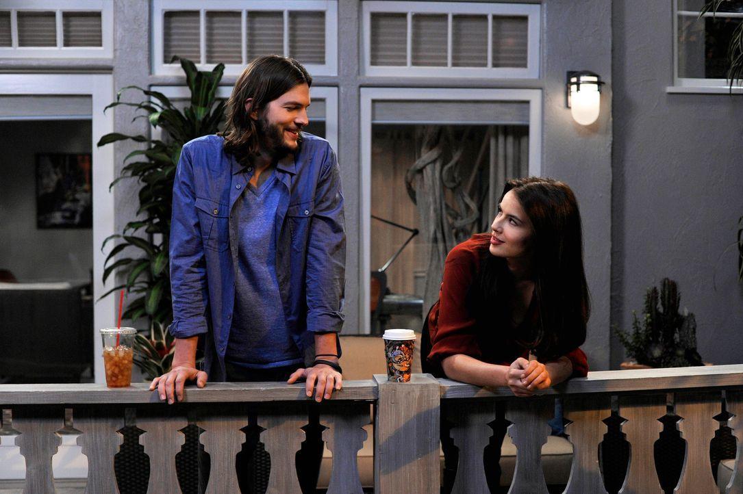 Während Walden (Ashton Kutcher, l.) sein Bestes tut, um Zoey (Sophie Winkleman, r.) zu beeindrucken, kommt Bridget zurück in sein Leben ... - Bildquelle: Warner Brothers Entertainment Inc.