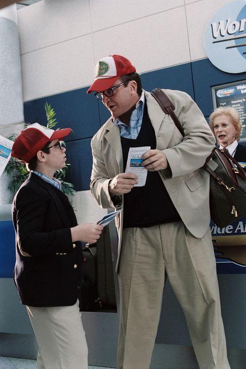 Familienvater Mr. Hunkee (Tom Arnold, r.) hat für seinen Sohn Billy (Ryan Pinkston, l.) mal wieder einen wichtigen Tipp in Sachen Frauen auf Lager...