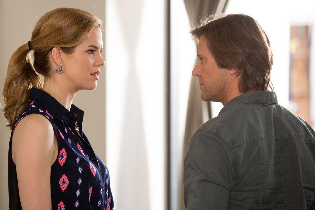 Während die Ehekrise von Peri (Mariana Klaveno, l.) und Spence (Grant Show, r.) eskaliert, beginnt Rosie einen neuen, gewöhnungsbedürftigen Job ... - Bildquelle: 2014 ABC Studios