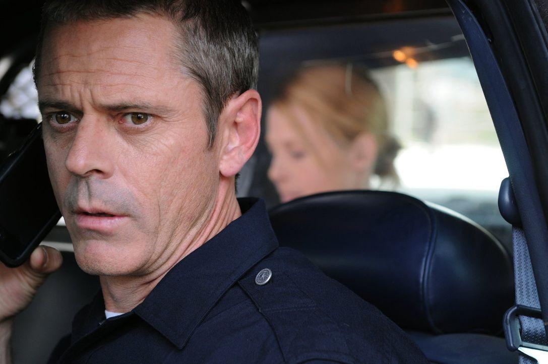 Dass Officer Billy Dewey (C. Thomas Howell, l.) dem Alkohol nicht abgeneigt ist, weiß auch seine Kollegin Officer Chickie Brown (Arija Bareikis, r.)... - Bildquelle: Warner Brothers