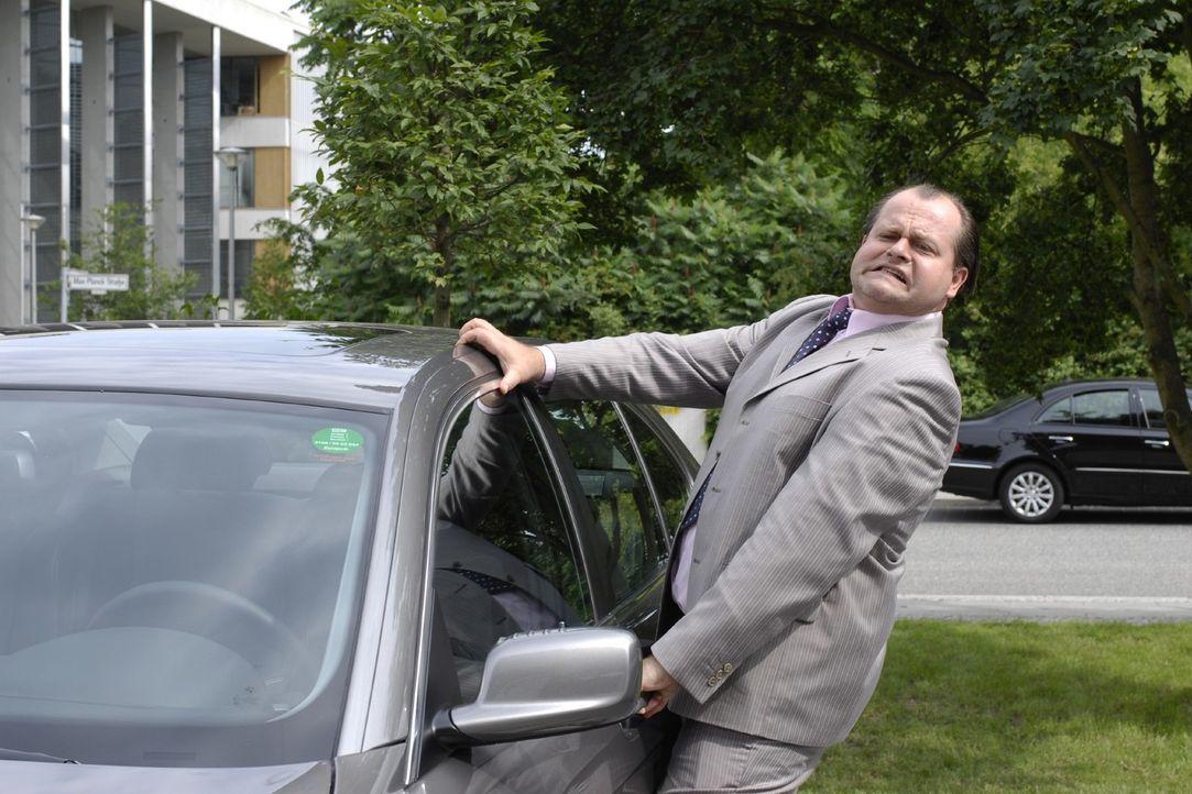 Manager Müller (Markus Majowski) ist so zerstreut, dass er nicht mal mehr weiß, ob das sein Auto ist. - Bildquelle: Sat.1