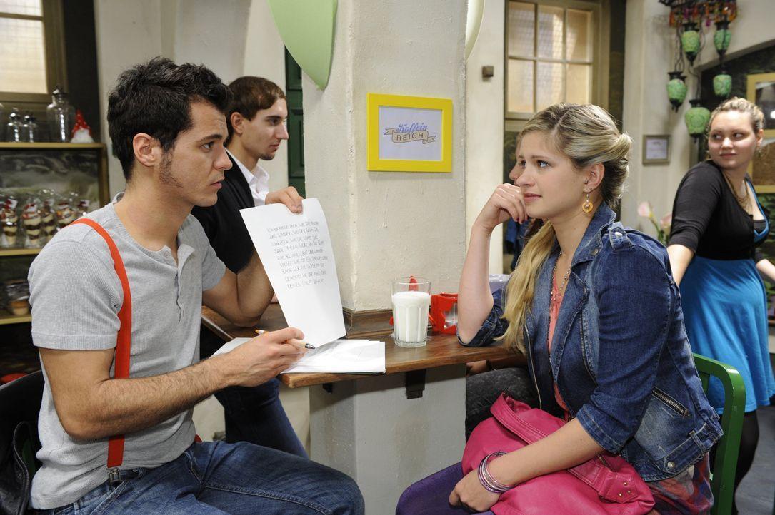 Maik (Sebastian König, l.) will Paloma seine Liebe gestehen, findet aber nicht die richtigen Worte und bittet deshalb Mia (Josephine Schmidt, r.) u... - Bildquelle: SAT.1