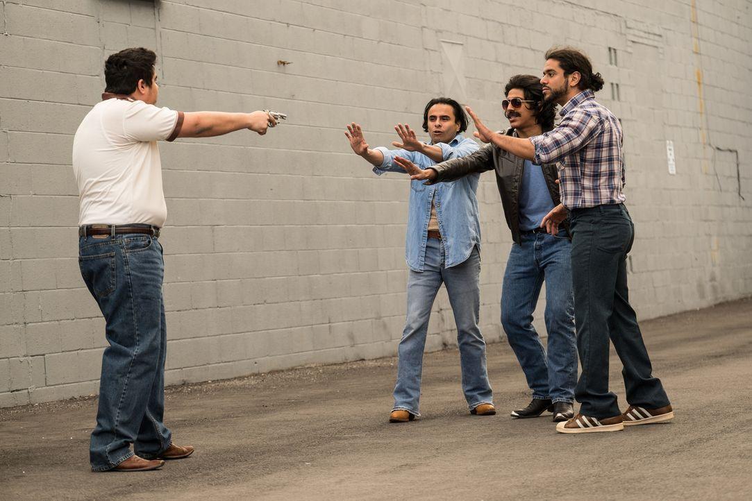 Warum musste der Reporter Jarvier Montiel Velaquez (Rony Valencia, 2.v.r.) wirklich sterben? Auch seine Freunde (Tony Nash und Eliezer Garcia) sind... - Bildquelle: Darren Goldstein Cineflix 2015