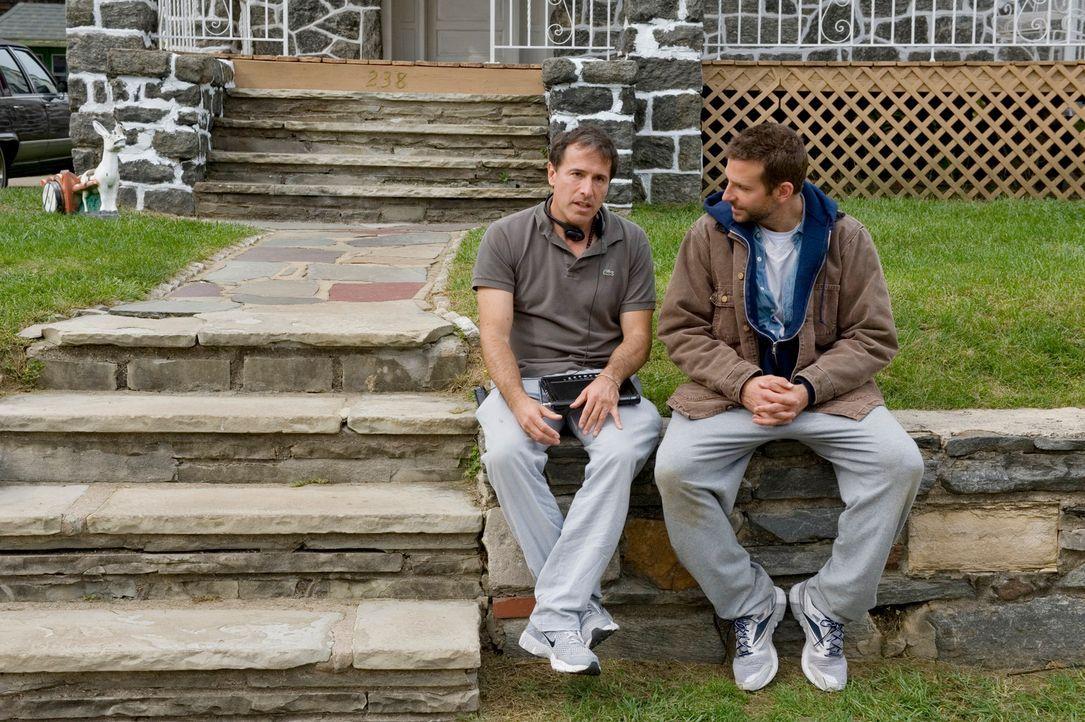 Drehpause: Regisseur David O. Russell (l.) und sein Hauptdarsteller Bradley Cooper (r.) - Bildquelle: 2012 The Weinstein Company.