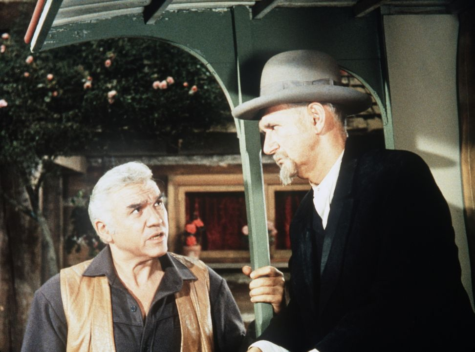 Kann Ben (Lorne Greene, l.) dem fahrenden Händler Aaron Kaufmann (Ludwig Donath, r.) und seine Tochter Rebecca helfen? - Bildquelle: Paramount Pictures