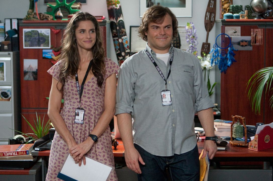 Das Einzige, was Lemuel Gulliver (Jack Black, r.) an seinem Job gefällt ist eigentlich nur die hübsche Darcy Silverman (Amanda Peet, l.), aber seine... - Bildquelle: Murray Close TM and   2010 Twentieth Century Fox Film Corporation.  All rights reserved.  Not for sale or duplication.