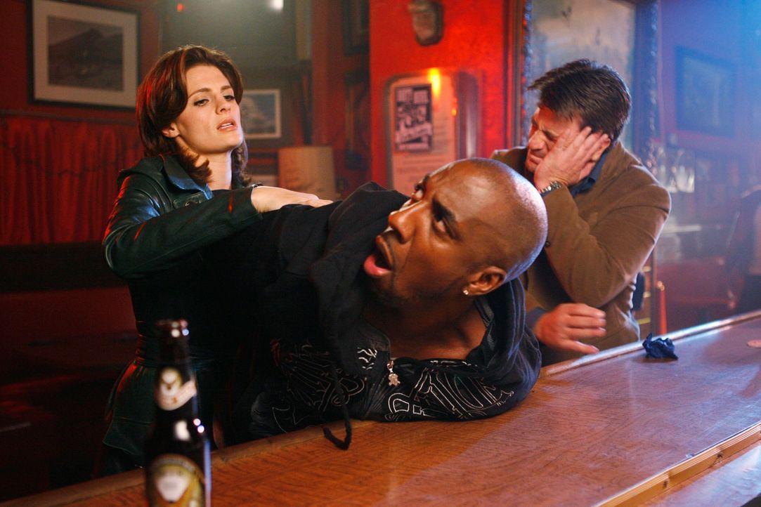 Beckett (Stana Katic, l.) verhaftet Norman Jessup (J.B. Smoove, M.) wegen Mordes an dem Staatsanwalt Jack Buckley. Castle (Nathan Fillion, r.) hat b... - Bildquelle: ABC Studios