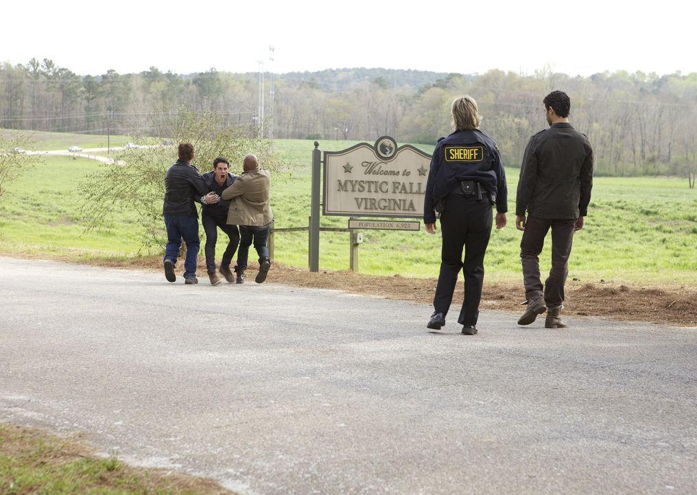 Julian am Rande von Mystic Falls - Bildquelle: Warner Bros. Entertainment Inc.