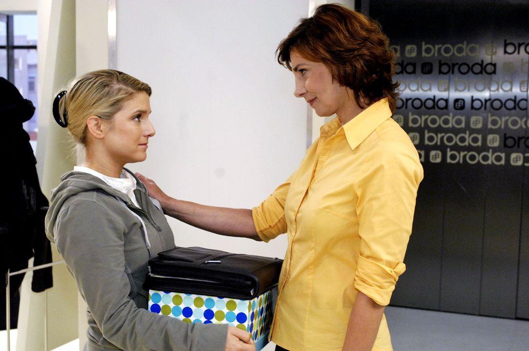 Traurig verabschiedet sich Anna (Jeanette Biedermann, l.) auch von Steffi (Karin Kienzer, r.) - Bildquelle: Claudius Pflug Sat.1