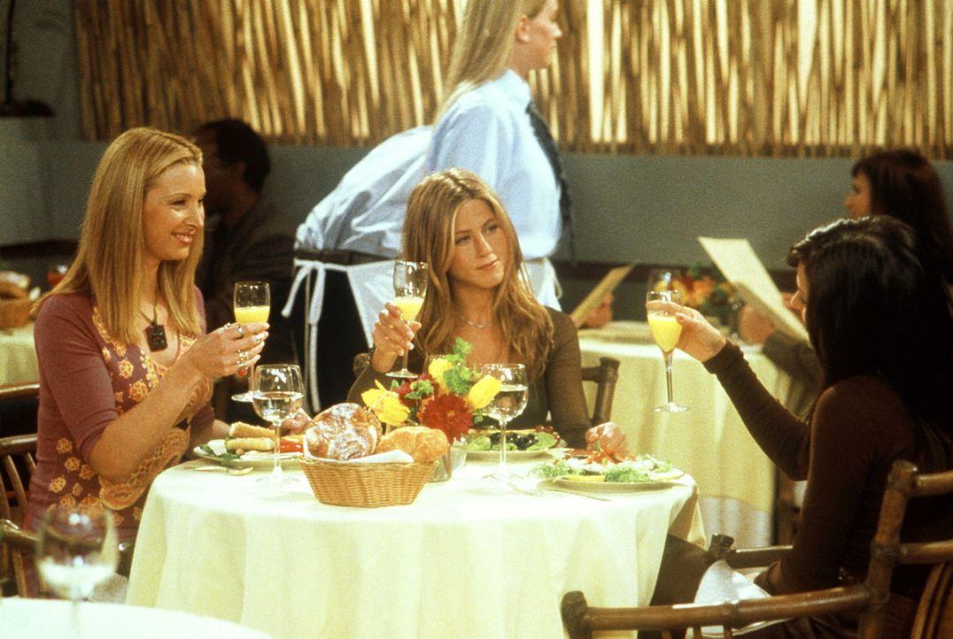 Zwischen Phoebe (Lisa Kudrow, l.) und Rachel (Jennifer Aniston, M.) ist ein wahrer Wettbewerb entbrannt, wer Monicas (Courteney Cox, r.) Brautjunger... - Bildquelle: TM+  2000 WARNER BROS.