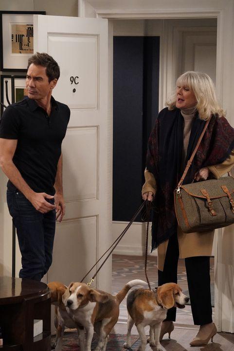 Will (Eric McCormack, l.) ist geschockt, als plötzlich seine Mutter Marilyn (Blythe Danner, r.) vor der Tür steht, doch es kommt noch schlimmer ... - Bildquelle: Chris Haston 2017 NBCUniversal Media, LLC