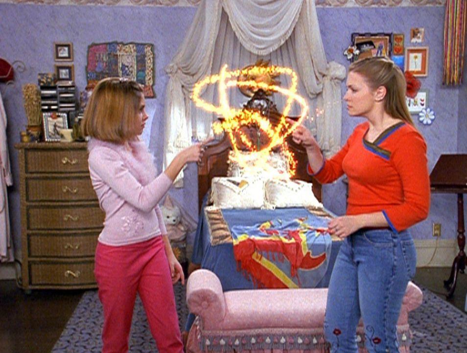 Sabrina (Melissa Joan Hart, r.) ahnt noch nicht, dass es ihre Cousine Amanda (Emily Hart, l.) auf ihren Freund abgesehen hat ... - Bildquelle: Paramount Pictures