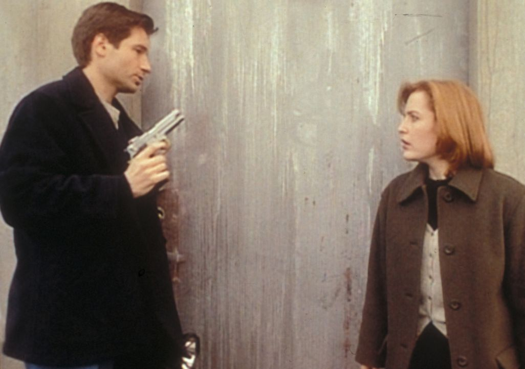 Mulder (David Duchovny, l.) und Scully (Gillian Anderson, r.) dringen in einen stillgelegten Raketensilo in North Dakota ein, weil sie dort Krycek v... - Bildquelle: TM +   2000 Twentieth Century Fox Film Corporation. All Rights Reserved.