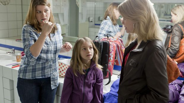 Auf dem WC trifft Danni (Annette Frier, r.) ihre nächste Mandantin: Renate (B...