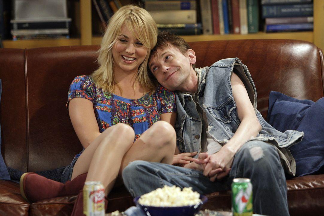 Toby (D.J Qualls, r.) alias der drogensüchtige Cousin Leo, ist von Pennys (Kaley Cuoco, l.) Mitgefühl so angetan, dass er überhaupt nicht mehr an... - Bildquelle: Warner Bros. Television