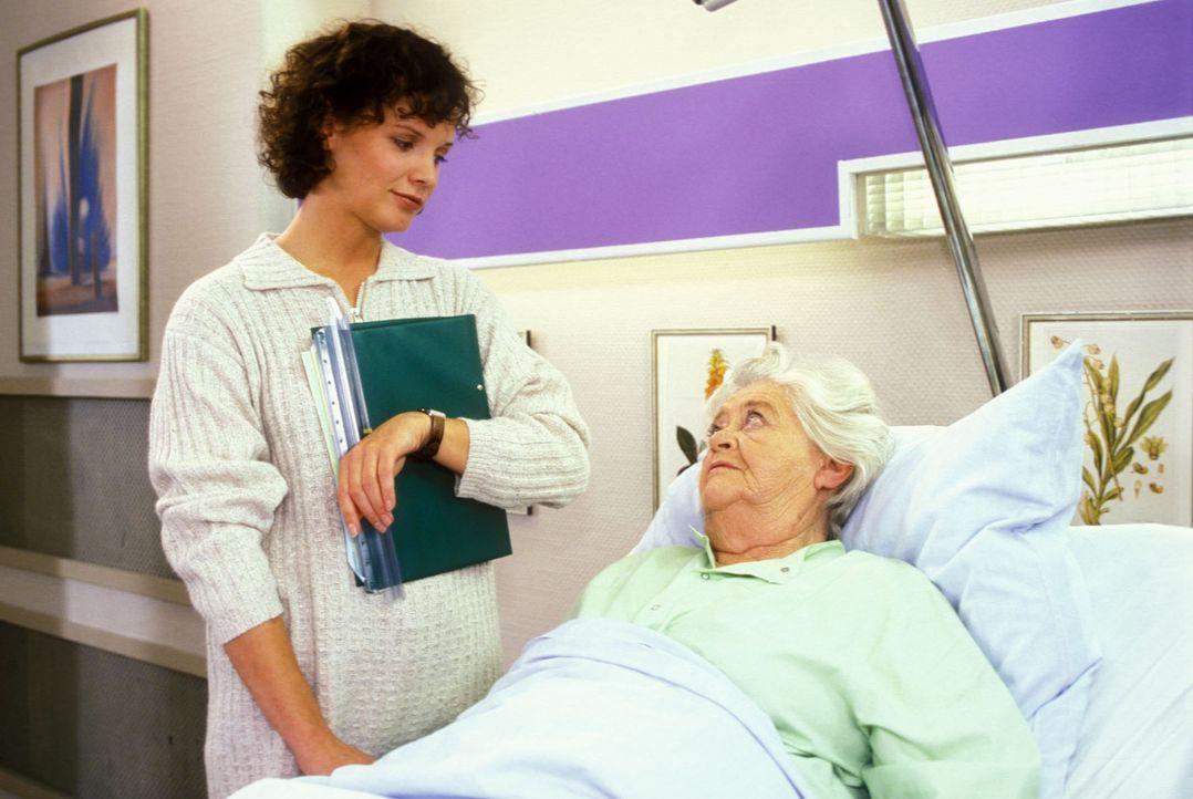 Fanny (Julia Hentschel, l.) betreut Frau Steinschütter (Susi Nicoletti, r.) zugleich als Gesellschafterin und Krankenschwester. Als Frau Steinschü... - Bildquelle: Noreen Flynn Sat.1