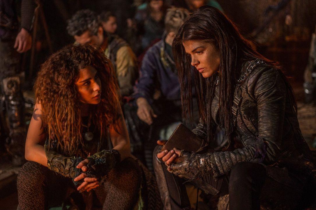 Luna (Nadia Hilker, l.) spricht Octavia (Marie Avgeropoulos, r.) ins Gewissen, während Monty, Raven und Harper eine Entscheidung treffen müssen ... - Bildquelle: 2014 Warner Brothers