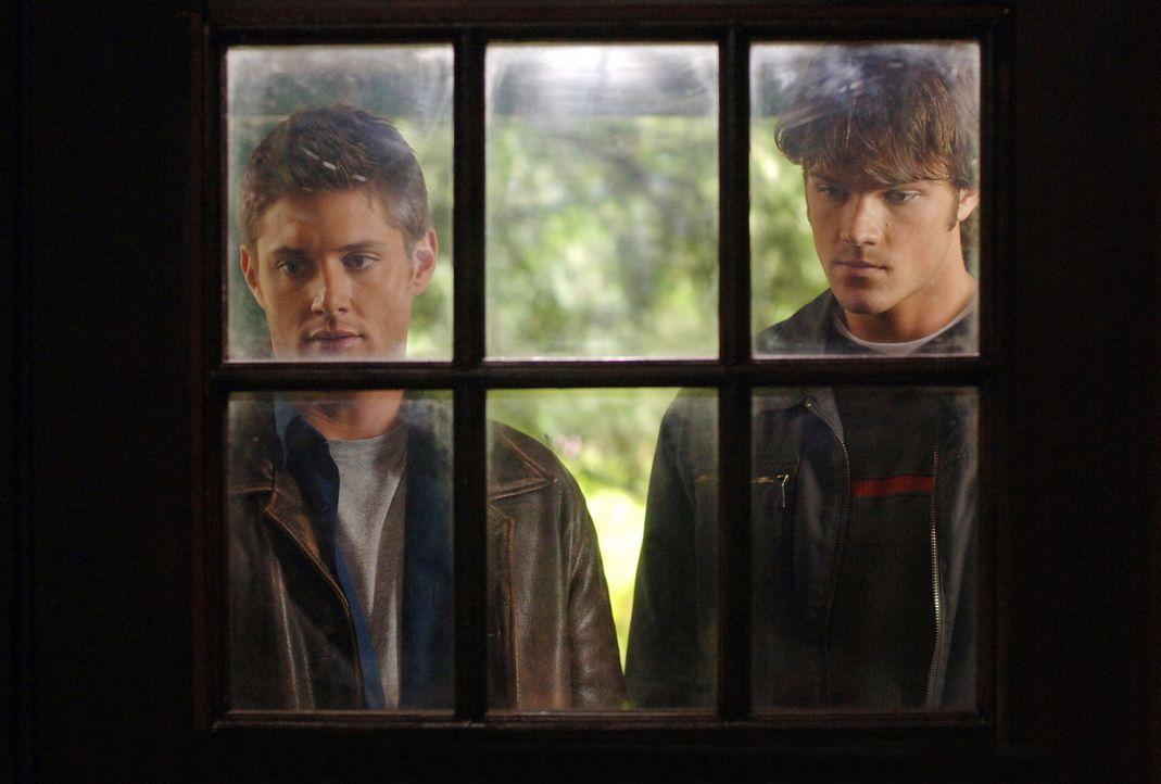 Kommen den mysteriösen Verschwinden mehrere Menschen langsam auf die Spur: Sam (Jared Padalecki, r.) und Dean (Jensen Ackles, l.) ... - Bildquelle: Warner Bros. Television