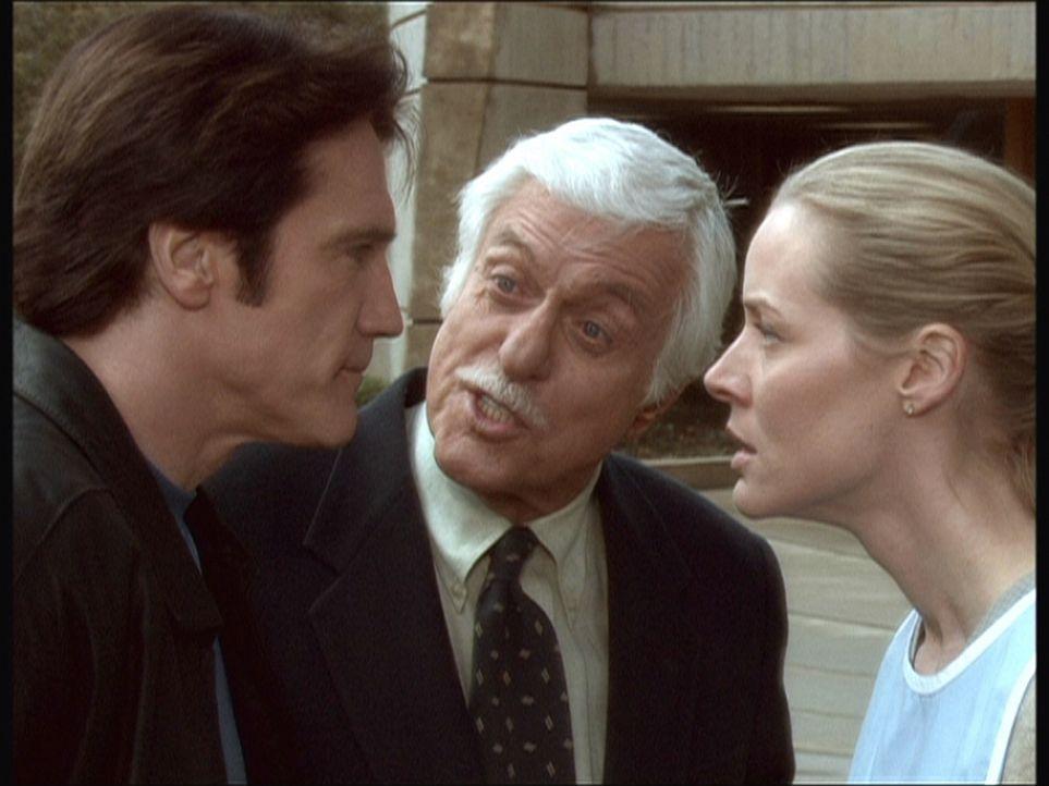Steve (Barry Van Dyke, l.) und Ellen (Kim Quinn, r.) streiten sich über ihre unterschiedliche Auffassung effektiver Ermittllungsmethoden. Mark (Dick... - Bildquelle: Viacom