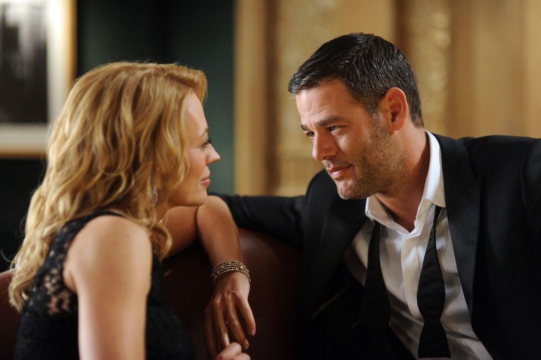 Was hat der smarte Sergej (Ivan Sergei, r.) zu verbergen? Dr. Kate Murphey (Jeri Ryan, l.) ist von dem geheimnisvollen Fremden sofort fasziniert ... - Bildquelle: ABC Studios