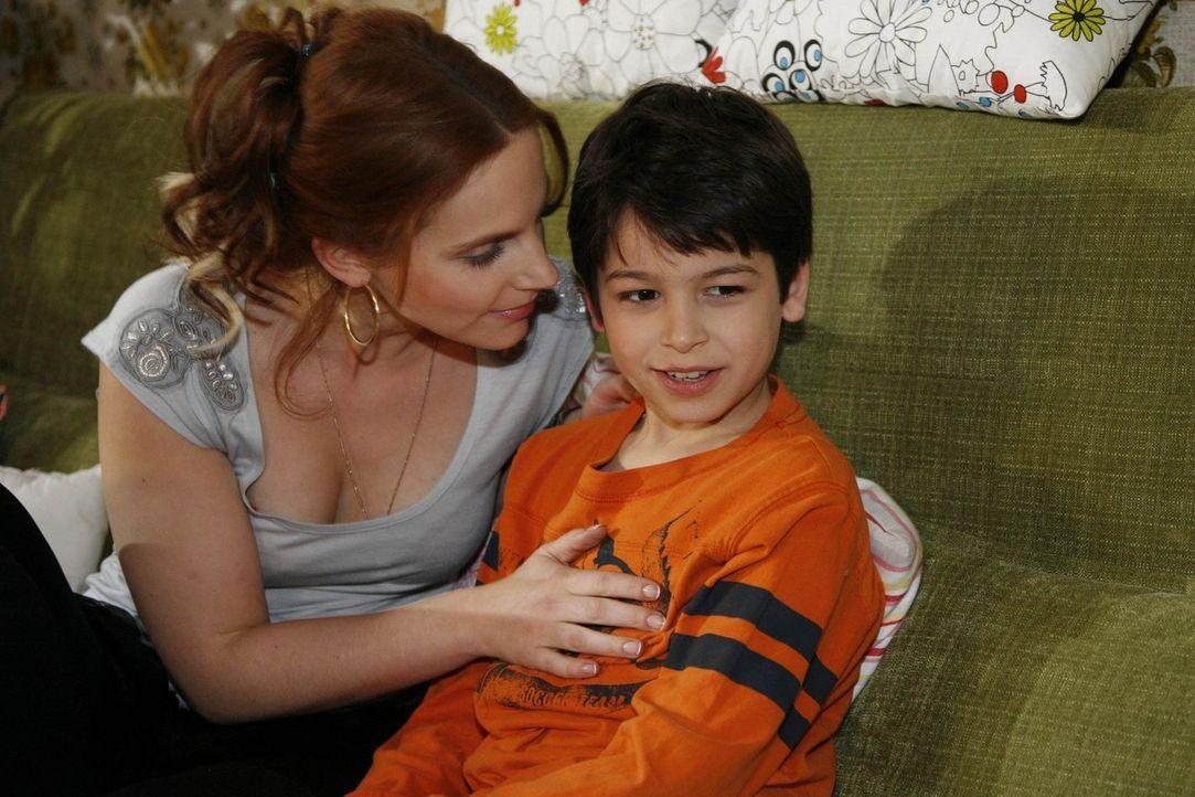 Manu (Marie Zielcke, l.) arbeitet ihre Erfahrungen mit Mark kindgerecht für Daniel (Alexander Türk, r.) auf ... - Bildquelle: SAT.1