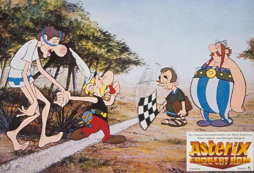 Ganz locker und lässig hat Asterix (2.v.l.) den weltbesten Marathon-Läufer (l.) besiegt und damit wieder eine der zwölf Prüfungen, die Cäsar ihnen a... - Bildquelle: Jugendfilm-Verleih GmbH