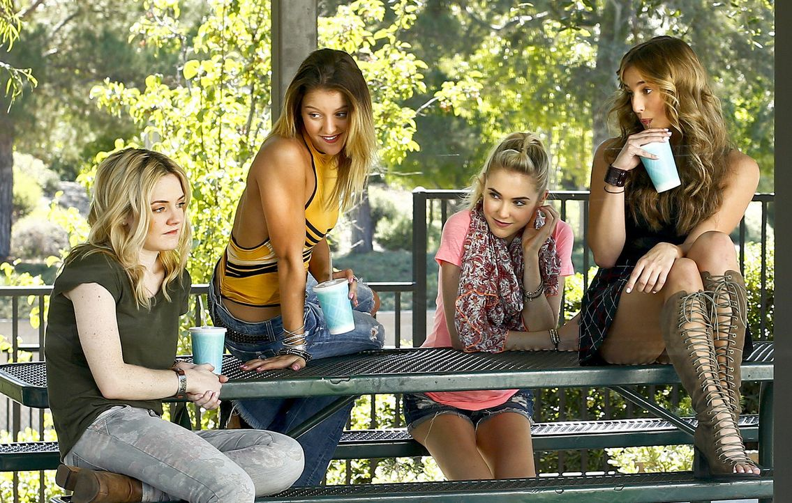 Eigentlich haben (v.l.n.r.) Gilli (Steffani Brass), Rachel (Angeline Appel), Ashley (Spencer Locke) und Janet (Lorynn York) einen Babysitterservice... - Bildquelle: Johnson Management Group, Inc. MMXV