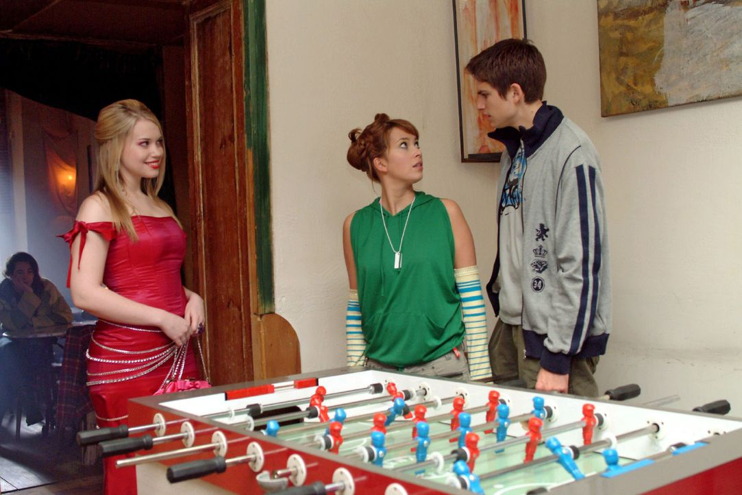 Was für ein Anblick: Hannah (Laura Osswald, M.) und Timo (Matthias Dietrich, r.) sind entgeistert - und peinlich berührt -, als die aufgetakelte Kim (Lara-Isabelle Rentinck, l.) im Kickerclub auftaucht.
