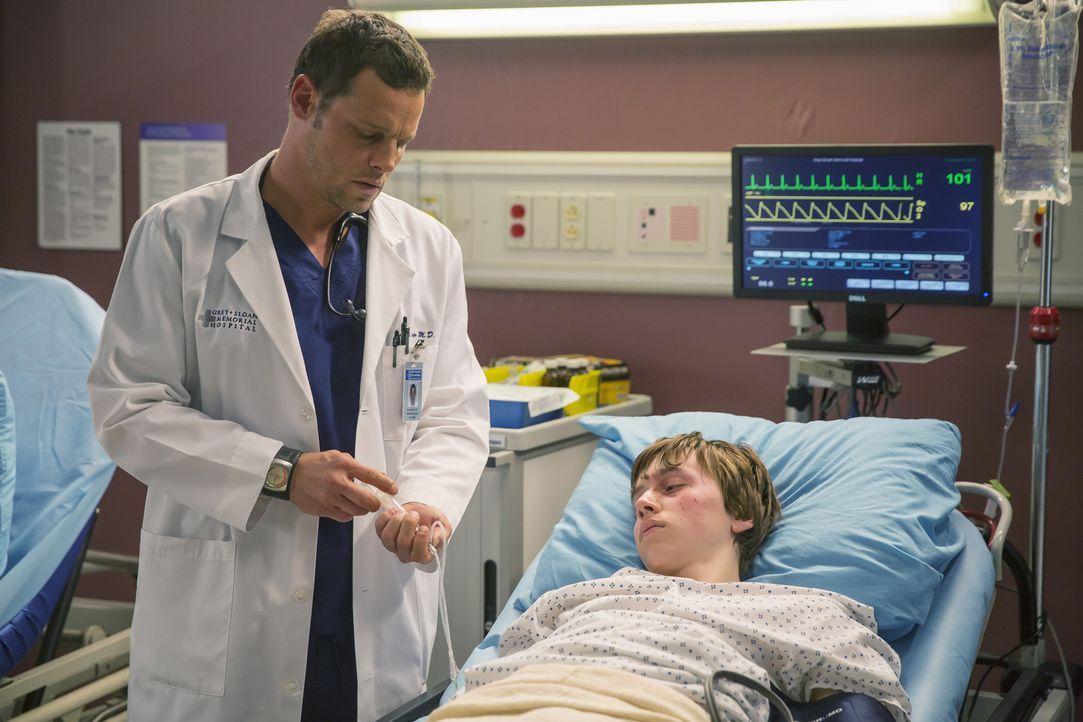 Die Verletzungen des Patienten Dylan (AJ Achinger, r.) sind leider schlimmer als zunächst angenommen. Alex (Justin Chambers, l.) muss sofort operier... - Bildquelle: ABC Studios