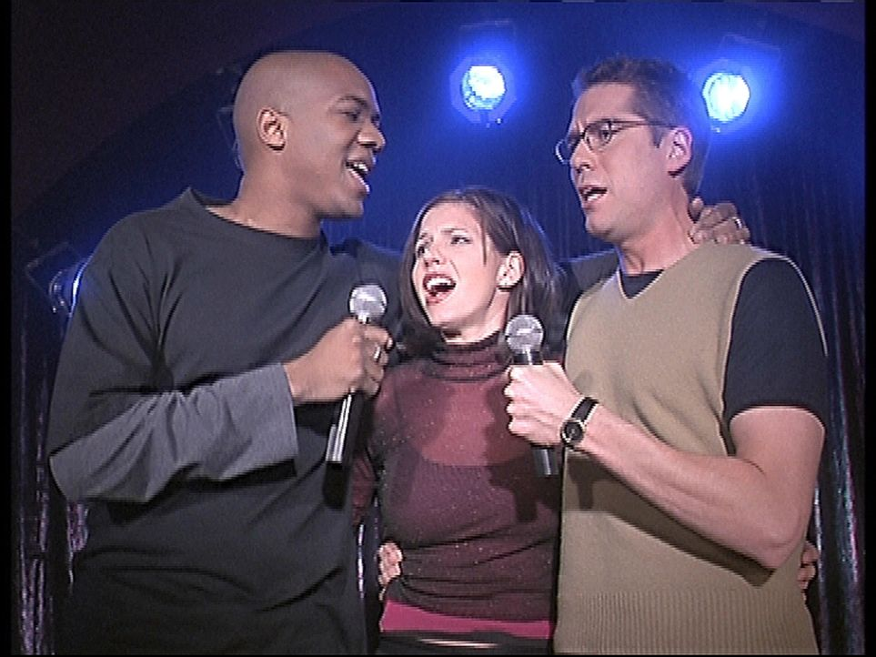 Wesley (Alexis Denisof, r.), Cordelia (Charisma Carpenter, M.) und Gunn (J. August Richards, l.) treten gemeinsam in der Karaoke-Bar auf. - Bildquelle: TM +   2000 Twentieth Century Fox Film Corporation. All Rights Reserved.