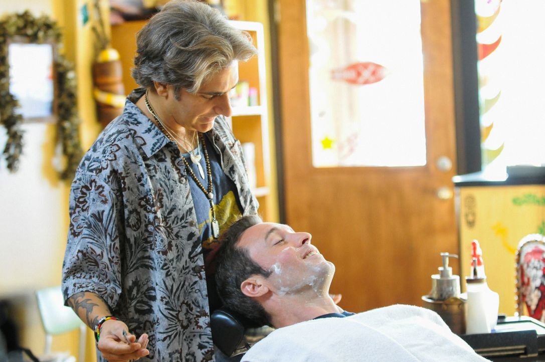 Steve (Alex O'Loughlin, r.) und Odell (Michael Imperioli, l.) versuchen, einen jungen verletzten Mann zu beschützen, der von einer Gruppe armenische... - Bildquelle: 2015 CBS Broadcasting Inc. All Rights Reserved.