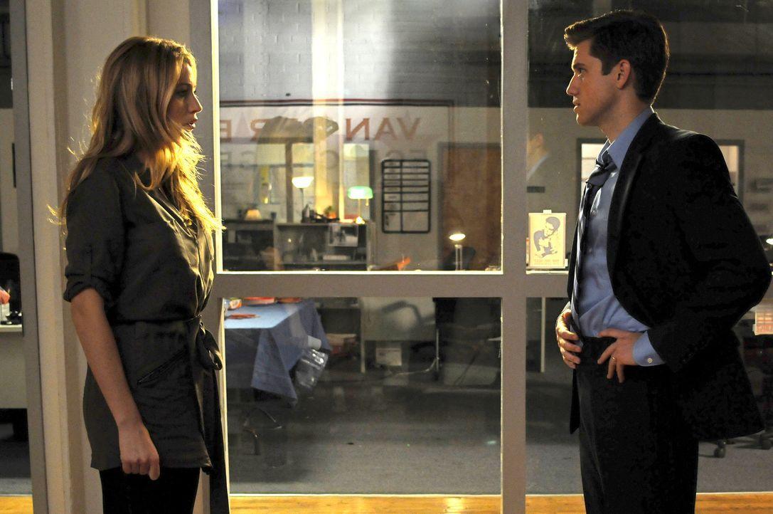Serena (Blake Lively, l.) will kündigen, weil sie dem verheiratetem Tripp (Aaron Tveit, r.) ein bisschen zu nahe kommt. - Bildquelle: Warner Brothers