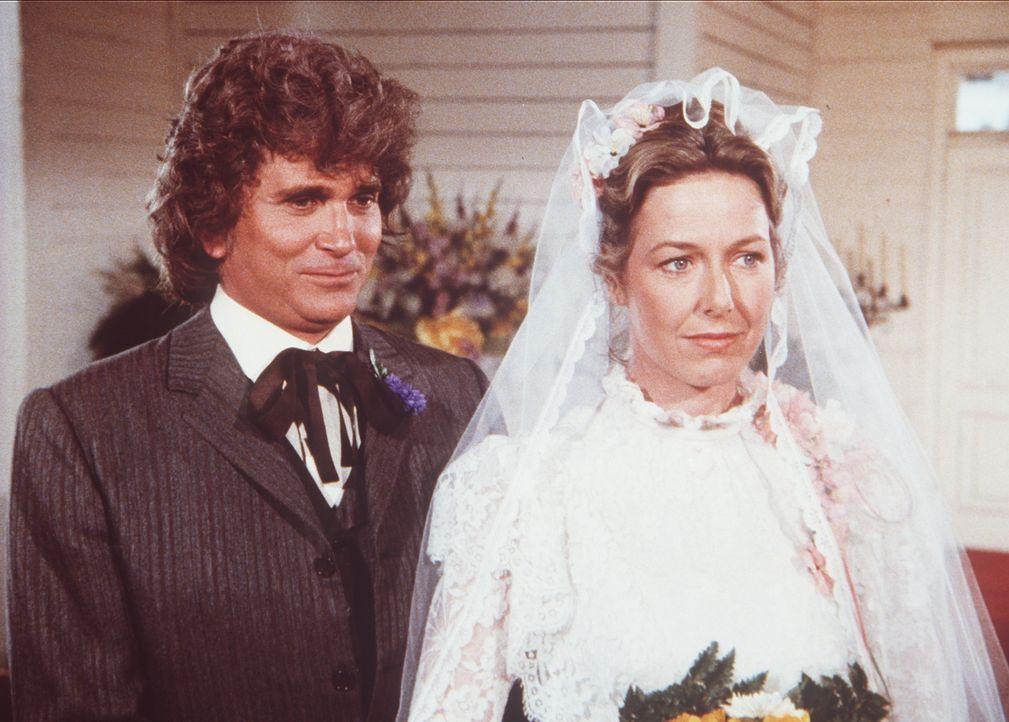 Um auf andere Gedanken zu kommen, fahren Caroline (Karen Grassle, r.) und Charles (Michael Landon, l.) zur Hochzeit eines Bekannten - und geben sich... - Bildquelle: Worldvision