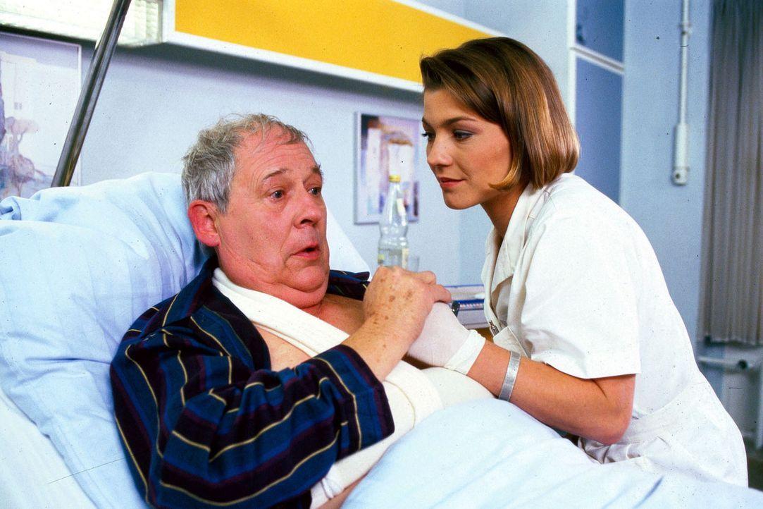 Der querschnittsgelähmte Waldemar Storbeck (Klaus Herm, l.) wurde körperlich misshandelt. Stephanie (Claudia Schmutzler, r.) erfährt von ihm, das... - Bildquelle: Noreen Flynn Sat.1