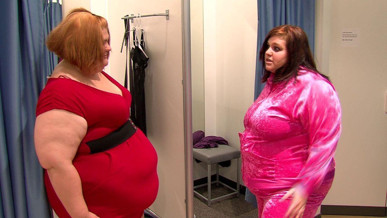 Zusammen mit ihrer besten Freundin Cindy (r.) will Eileen (l.) die Fahrschule besuchen. Da muss erst mal ein neues Outfit her ... - Bildquelle: SAT.1