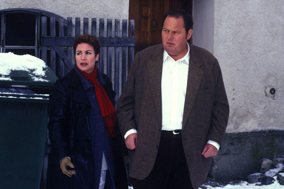 Benno (Ottfried Fischer, r.) und Sabrina (Katerina Jacob, l.) sind auf Spurensuche. - Bildquelle: Magdalena Mate Sat.1