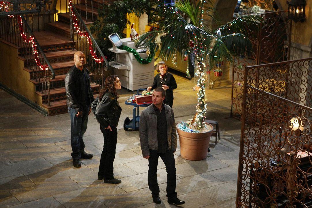 Damit sie trotz eines neuen Falles in Weihnachtsstimmung kommen, wird der Innenhof des Hauptquartiers weihnachtlich geschmückt: Sam (LL Cool J, l.)... - Bildquelle: CBS Studios Inc. All Rights Reserved.