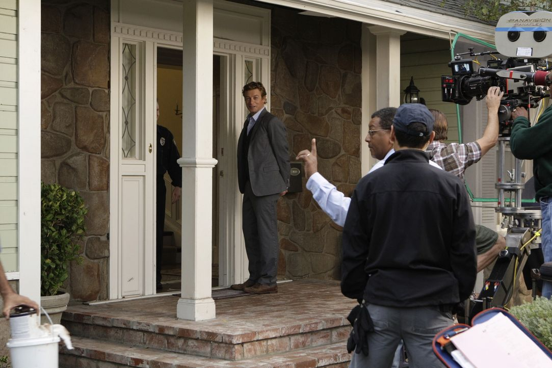 """Bei den Dreharbeiten zu """"The Mentalist"""" ... - Bildquelle: Warner Bros. Television"""