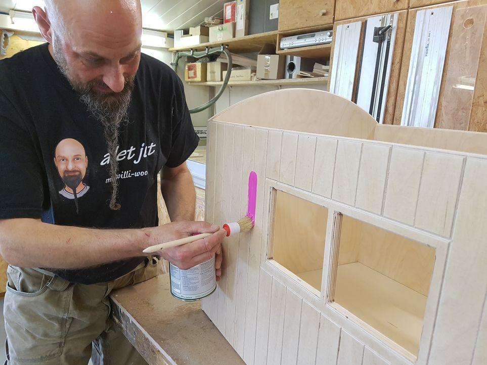9. Schritt: Dann werden alle Wände grundiert und mit Farbe lackiert.